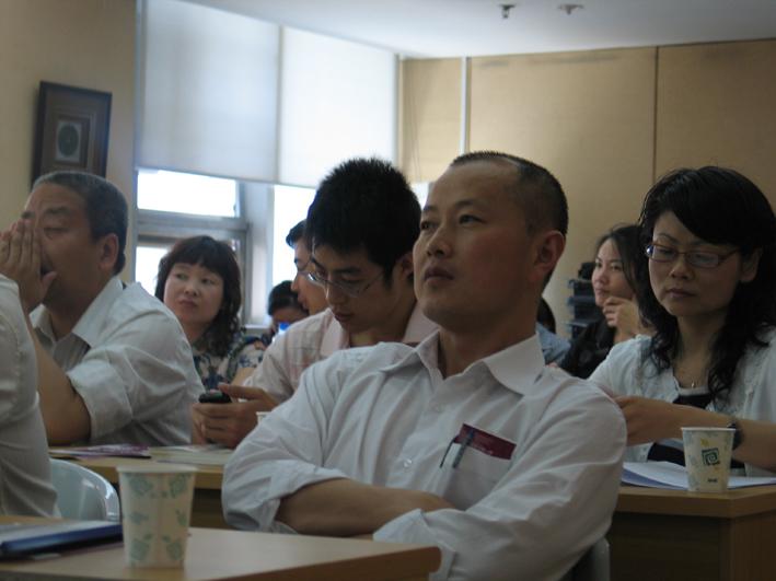 学员们认真的聆听张嘉伟老师的课程