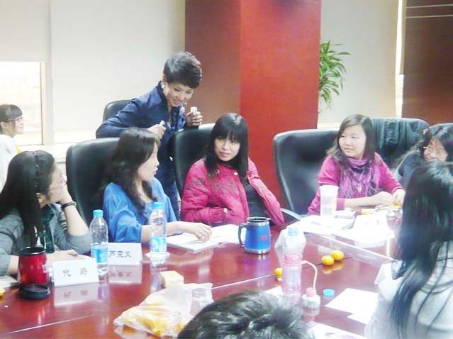 杨路老师与学员交谈