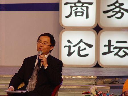 林老师与嘉宾探讨问题