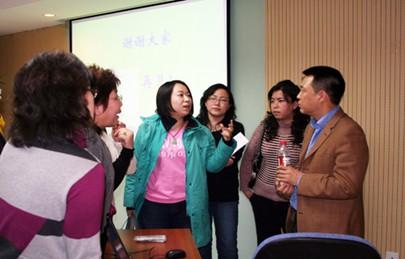 左老师与学员讨论中