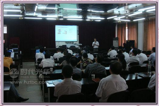 时代光华老师在向学员们介绍网络商学院